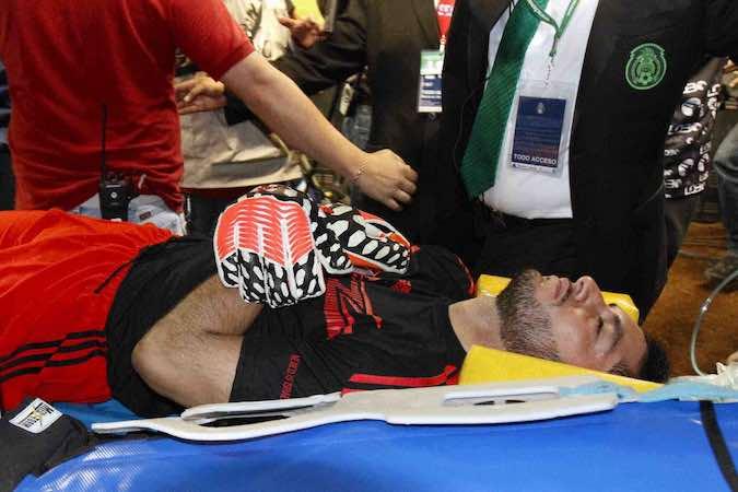 El portero de la Selección Mexciana de fútbol, José de Jesús Corona salió en ambulancia.