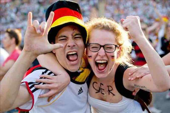 """La prensa alemana celebra un """"hermoso día"""" gracias a Schumacher y a su selección. EFE"""