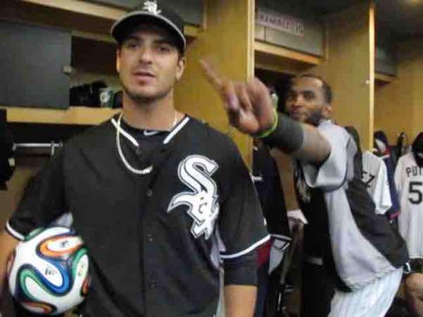 El lanzador de los White Sox Andre Rienzo y el Cubano Alexeí Ramírez, seguidor de Argentina, apostaron las camisetas de sus selecciones favoritas.
