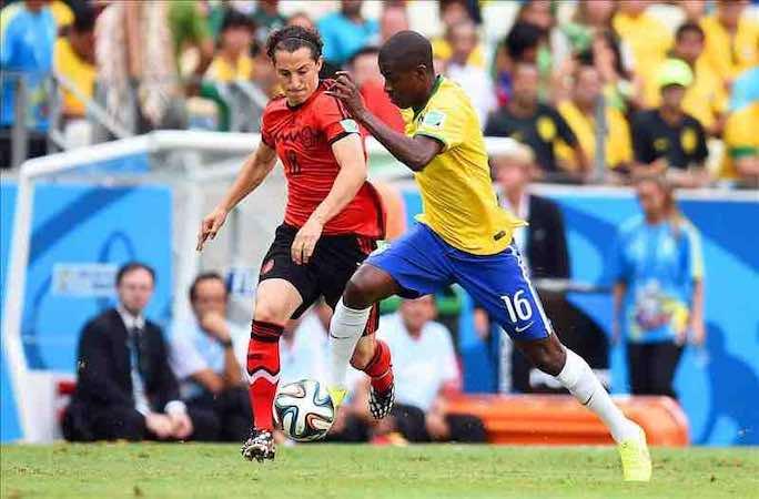 """Andrés Guardado y Rafa Márquez afirmaron que el 'Tri' jugó """"de tú a tú"""" a Brasil. EFE"""