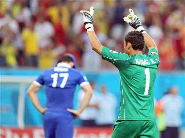Keylor Navas conduce a Costa Rica a los cuartos ante Holanda. EFE
