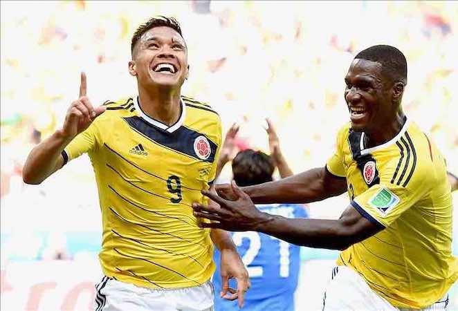 El delantero colombiano Teófilo Gutiérrez (c) celebra después de concretar la segunda anotación de Colombia, que derrotó a Grecia 3-0. EFE