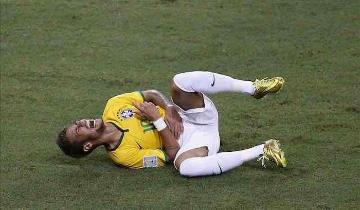 Neymar abandonó el campo en camilla. EFE