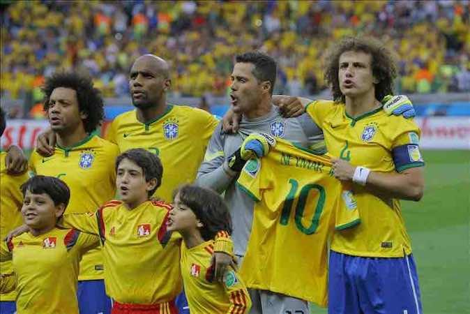 David Luiz y Julio César portan la camiseta de Neymar durante el himno. EFE