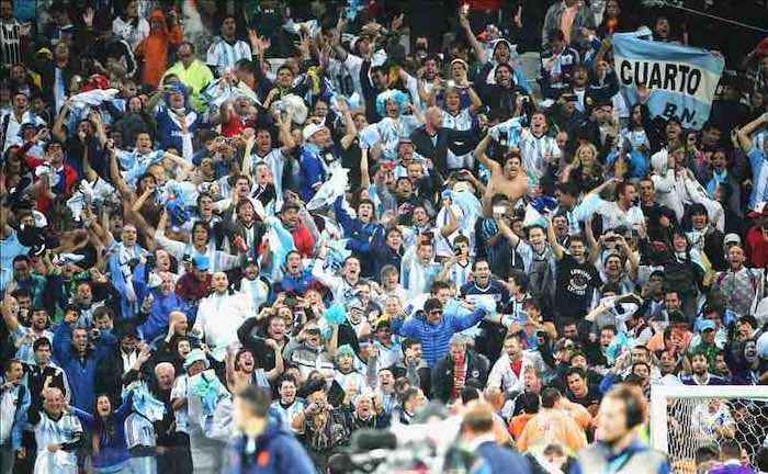Fanáticos de Argentina celebran la victoria de su selección frente a Holanda en el Mundial de Brasil 2014en el Arena Corinthians en Sao Paulo, Brasil. EFE