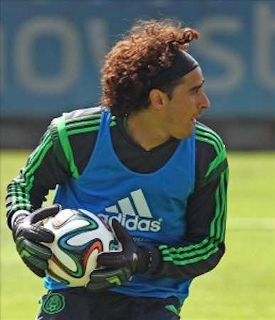Analiza Guillermo Ochoa ofertas de clubes interesados en sus servicio.