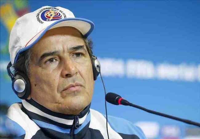 """Jorge Luis Pinto: """"Lo que más me preocupa de todo son los piscinazos de Robben"""". EFE"""