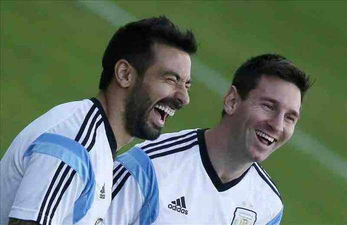 os jugadores de la selección argentina de fútbol Lionel Messi (d) y Ezequiel Ivan Lavezzi (i), durante un entrenamiento en Belo Horizonte, antes de ayer. EFE