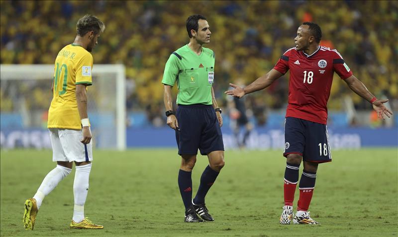 La FIFA no sanciona a Zúñiga ni le quita la tarjeta a Thiago Silva. EFE