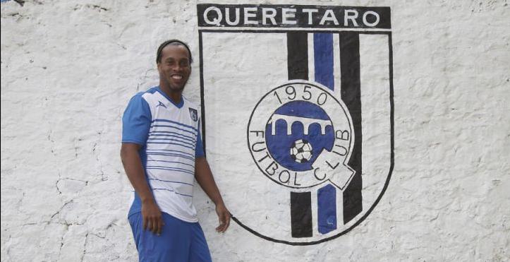 El asotro Ronaldinho y Querétaro visitan a las Chivas este domingo. Foto Gallos Blancos de Querétaro
