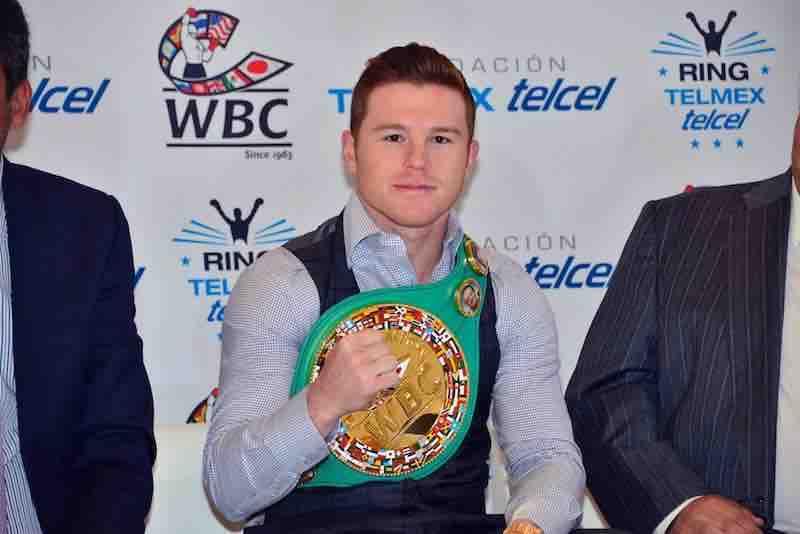 Saul Canelo Alvarez recibe cinto de campeon mundial WBC.