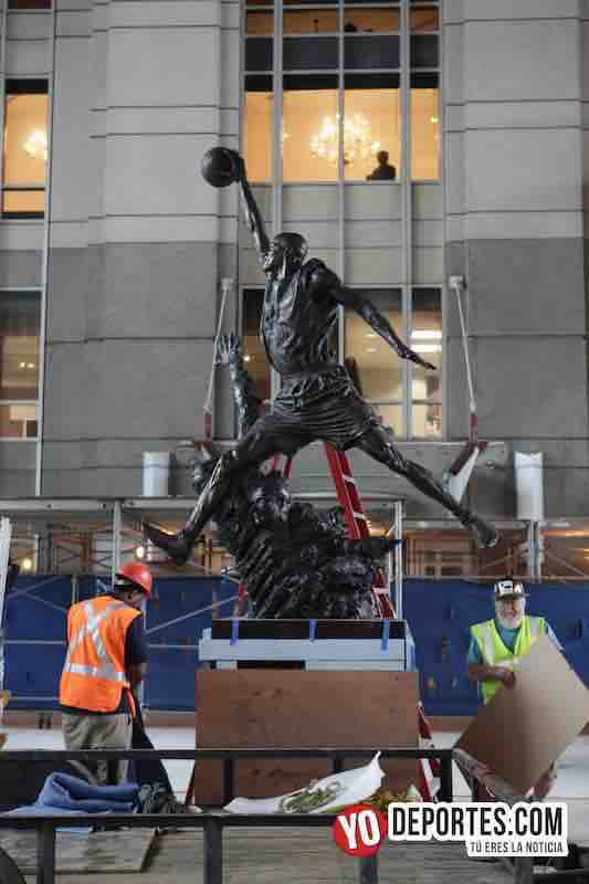 Estatua de Michael Jordan regresa a su casa el United Center
