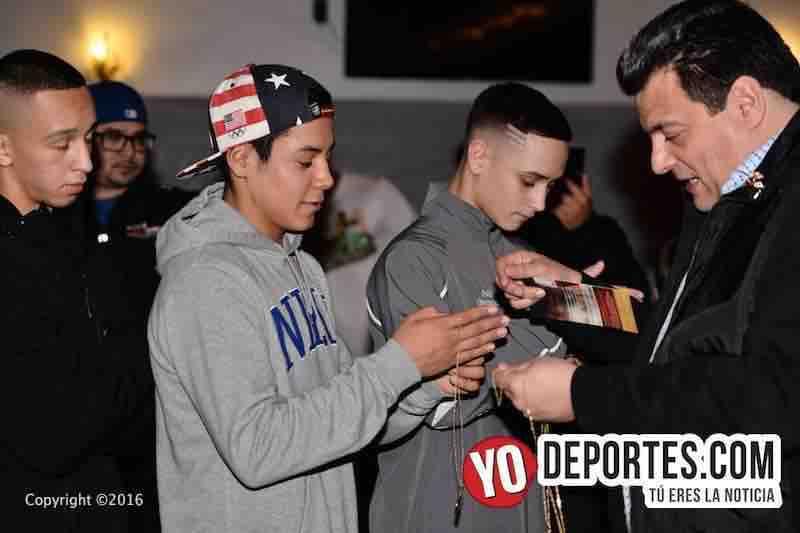 Mauricio Sulaimán entrega medalla y oración del boxeador a participantes de 2N1D Chicago