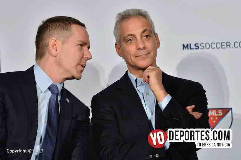 Andrew Hauptman dueño del Chicago Fire y el alcalde Rahm Emanuel durante el anuncio del Juego de estrellas de la MLS.