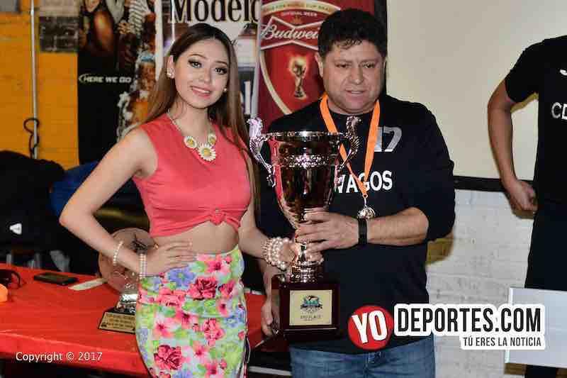 Leslie Cruz entrega la copa de segundo lugar en Mundi Soccer League a CD Vagos en Chitown Futbol