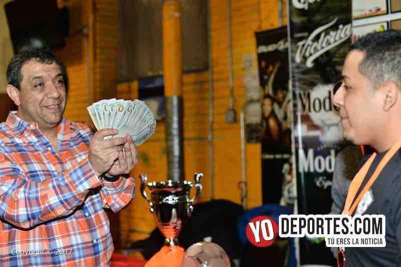 Juan Jaramillo premia con tres mil dólares a Jorge Moreno del Deportivo como campeón en Mundi Soccer League.