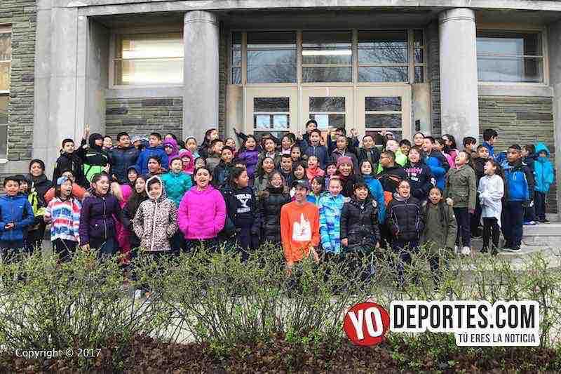 Diego Estrada y los estudiantes de la escuela Hurley Elementary en Chicago.