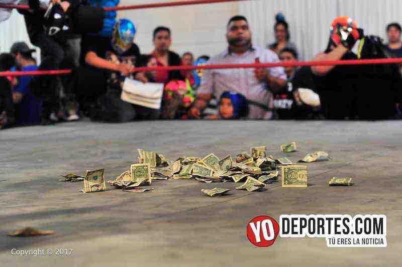 Al finalizar la lucha estrella el público agradeció con dólares a los luchadores en el Eagles Club.