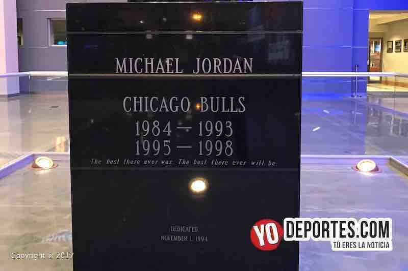 La estatua de Michael Jordan en la nueva entrada al United Center