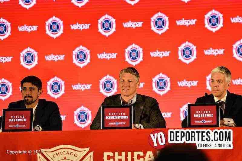 Veljko Paunovic, Bastian Schweinsteiger y el gerente del Chicago Fire Nelson Rodriguez.
