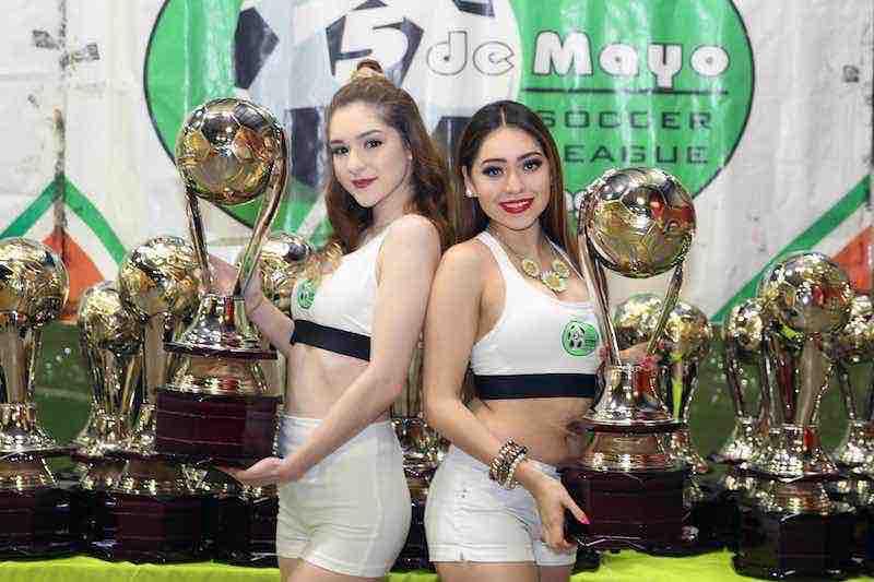 Leslie Cruz y Vanessa García con el Trofeo Águila de la Liga MX en 5 de Mayo Soccer League.