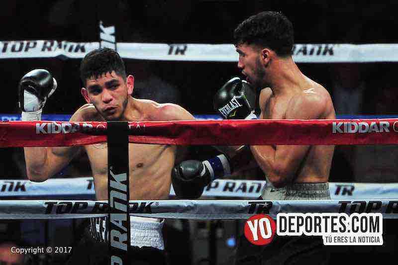 """Alex """"El Cholo"""" Saucedo contra Wilberth Lopez en la semifinal de Top Rank en UIC Pavilion de Chicago."""