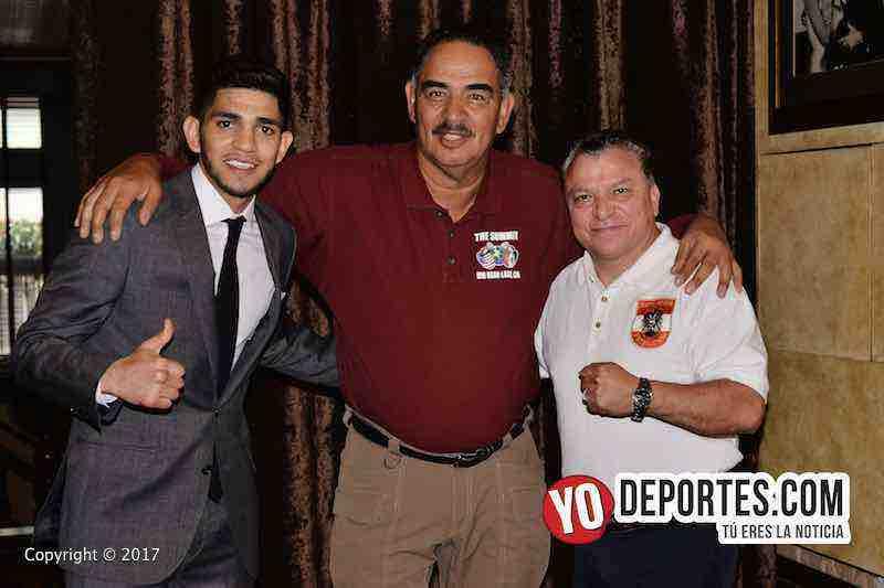 """Alex """"El Cholo"""" Saucedo, Abel Sanchez y Joel Campuzano de la Comisión de Box en Illinois."""