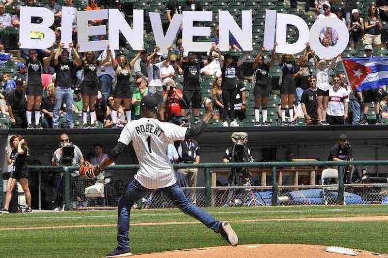 Luis Roberto lanza la primera bola en el juego Medias Blancas vs. Tigres. Foto: Cortesía Medias Blancas