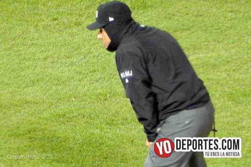 El umpire mexicano Alfonso Marquez en el juego Medias Blancas de Chicago contra Padres de San Diego.
