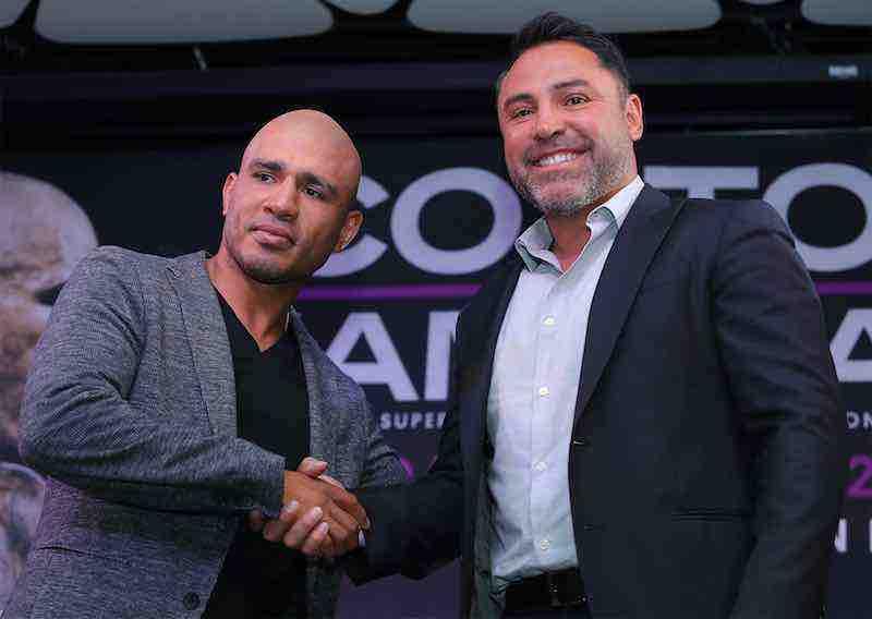 Miguel Cotto y el promotor Oscar de la Hoya.