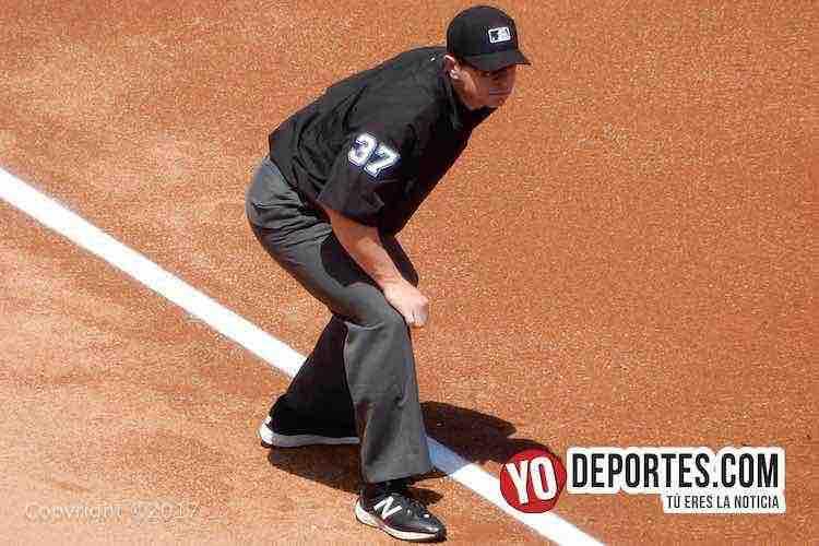 Carlos Torres umpire venezolano en el juego Cachorros contra Cardenales en el Wrigley Field de Chicago.