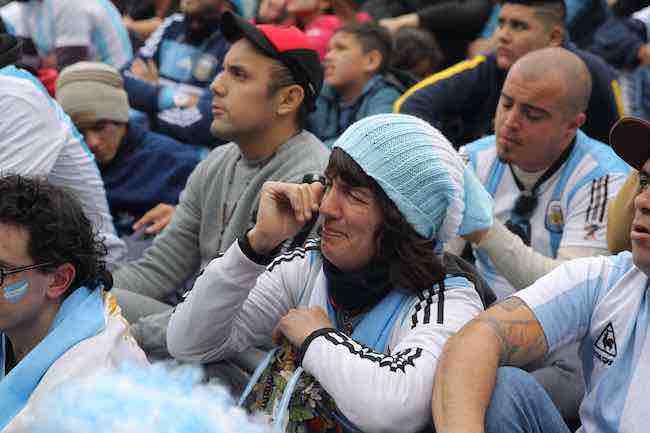 Video: Orgullo aflora entre las lágrimas en Buenos Aires por la eliminación de Argentina