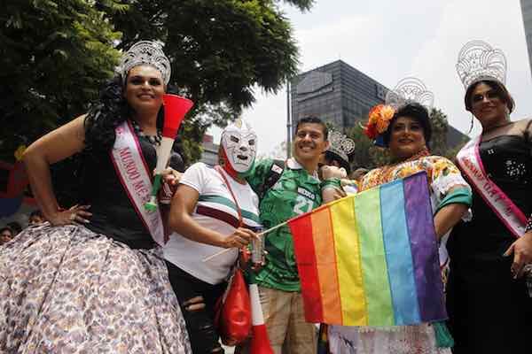 Reinas de belleza gay festejan triunfo del Tri en Ángel de la Independencia