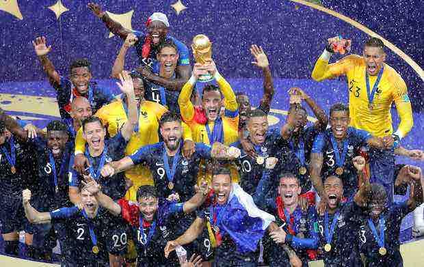 Hugo Lloris alza al cielo de Moscú la copa de Campeón del Mundo bajo el diluvio