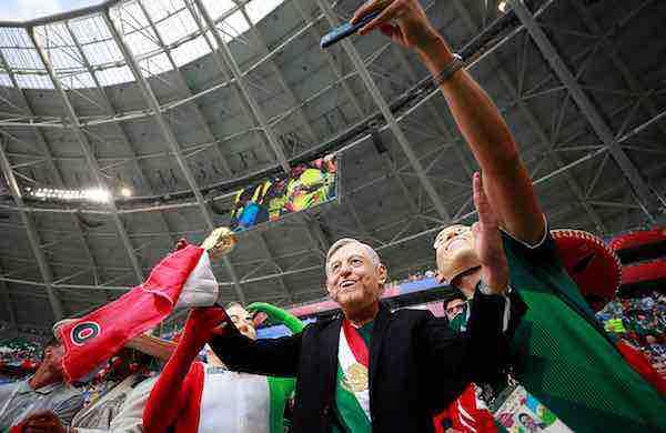 Aficionados al tri y a López Obrador lloran perderse el doble festejo