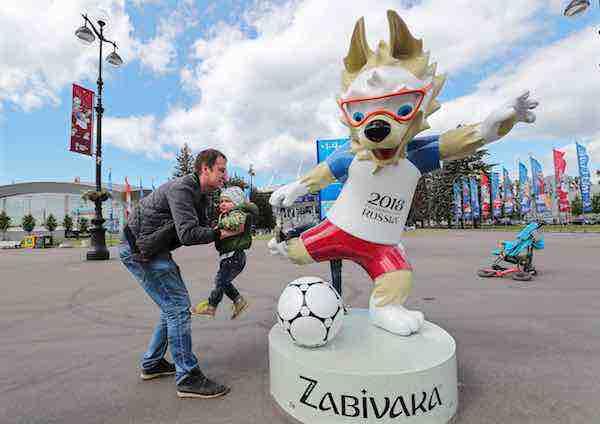 Roban en San Petersburgo una segunda estatua de la mascota del Mundial 2018