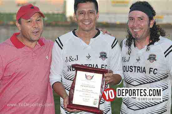 Mundialista Ricardo Osorio recibe homenaje de la Liga Victoria Ejidal en Chicago