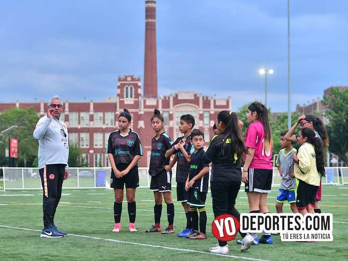 Leonardo Cuellar impartió en Chicago clínica de futbol a niños y adultos